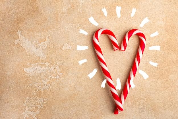 ハート型のペパーミントキャンディケイン。クリスマス。コピースペース Premium写真