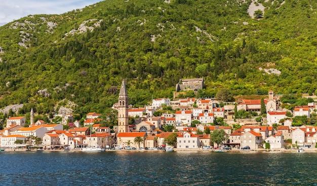 Старый город пераста в которской бухте, прекрасный летний вид с моря, черногория. Premium Фотографии
