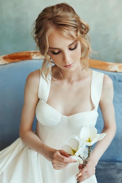 完璧な花嫁、長い白いドレスを着た少女の肖像画。 Premium写真