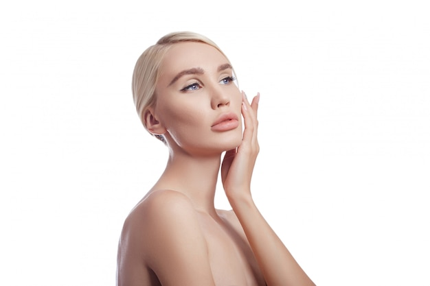 Идеально чистая кожа женщины, косметика от морщин. омолаживающий эффект на уход за кожей. чистые поры без морщин. женщина блондинка на белой стене изолировать, копировать пространство. здоровая кожа лица Premium Фотографии