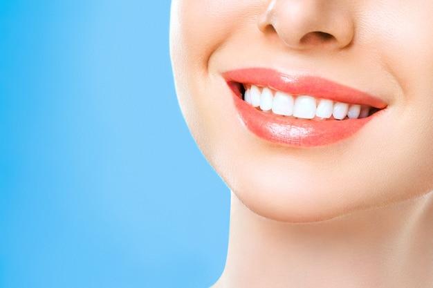 Идеальная улыбка здоровых зубов молодой женщины. отбеливание зубов. пациент стоматологической клиники. изображение символизирует стоматологию, стоматологию. Premium Фотографии