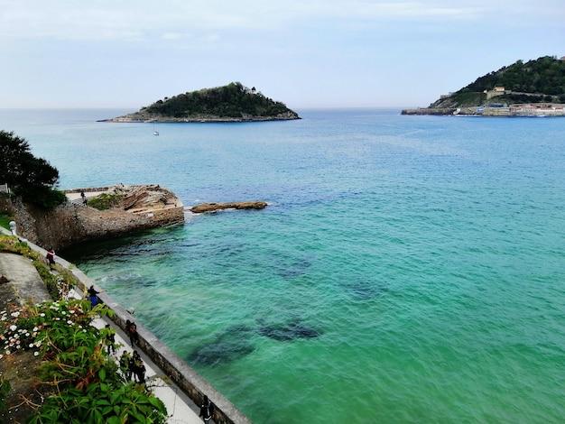 Scenario perfetto di una spiaggia tropicale nella località turistica di san sebastian, spagna Foto Gratuite
