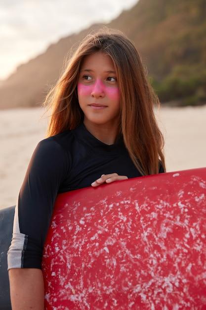 Идеальный солнечный день для серфинга. созерцательный серфер в гидрокостюме со здоровой кожей Бесплатные Фотографии