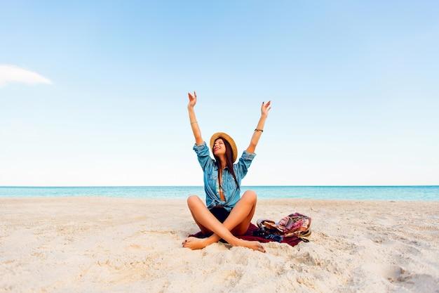 열 대 해변에서 완벽 한 황갈색 슬림 섹시 한 여자. 젊은 금발의 여자 재미와 그녀의 여름 휴가 즐기고. 무료 사진