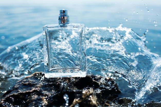水の飛散の香水瓶 Premium写真