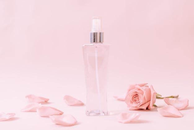 バラの花びらの香水瓶 Premium写真