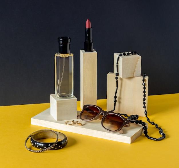 Духи, помада, очки и бусы. косметика. мода. минимализм. Premium Фотографии