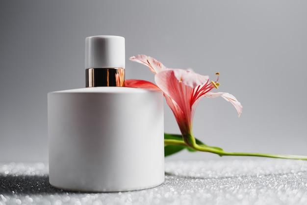 ピンクの花の香水スプレーボトル Premium写真