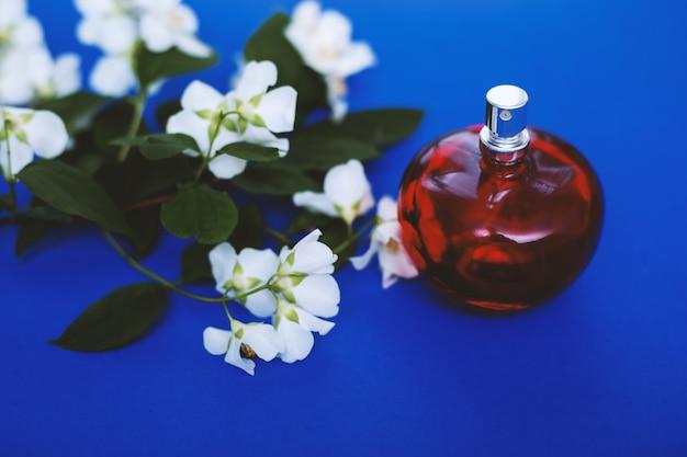 Perfume and white flowers Premium Photo