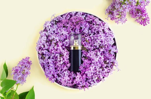 Парфюмированная вода с цветочным ароматом Premium Фотографии
