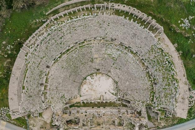 観光客の目的地perge tiyatrosu、アンタルヤ、トルコのトップビュー 無料写真