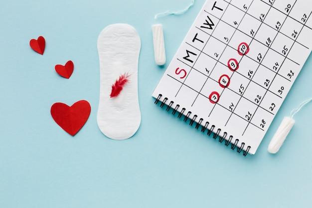 期間カレンダーと女性用生理用品 無料写真