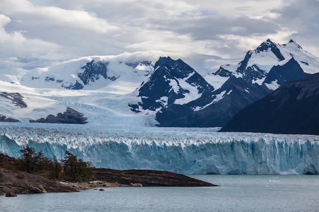 Perito moreno glacier frozen fields Premium Photo