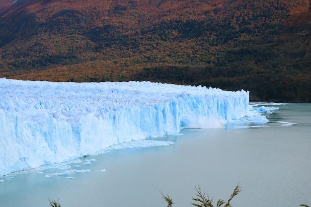 Ледник перито морено с ледяным отелом в озеро, патагония, аргентина Premium Фотографии