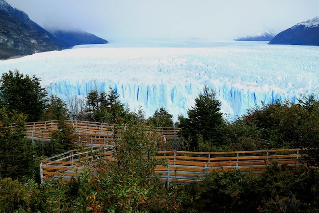 Perito moreno glacier with the viewing balcony, patagonia, argentina Premium Photo