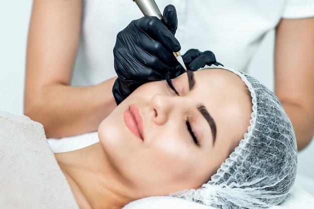 Перманентный макияж на брови. Premium Фотографии