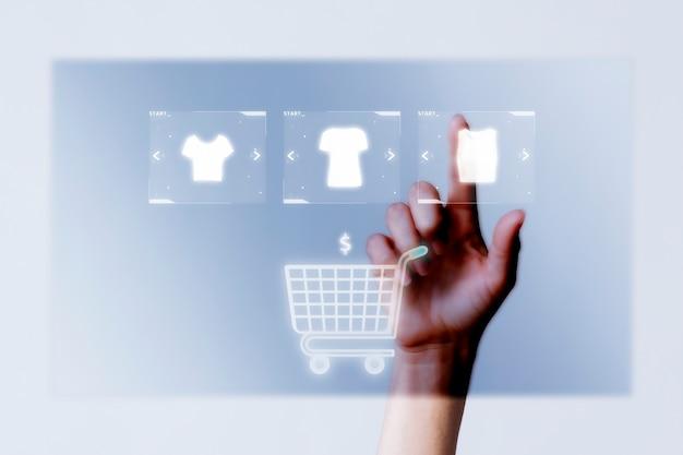 온라인 쇼핑 캠페인을 위해 카트 근접 촬영에 옷을 추가하는 사람 무료 사진