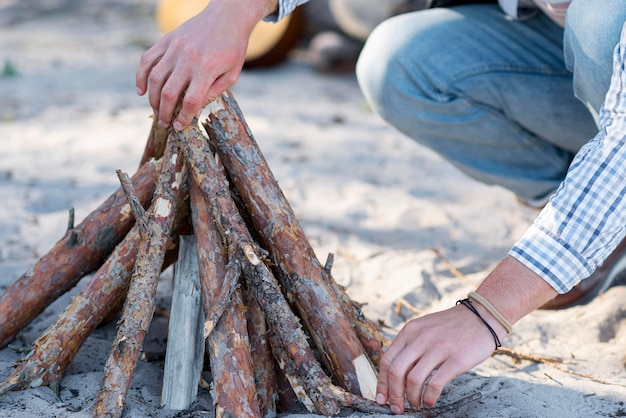 Лицо, раскладывающее дрова для костра Бесплатные Фотографии