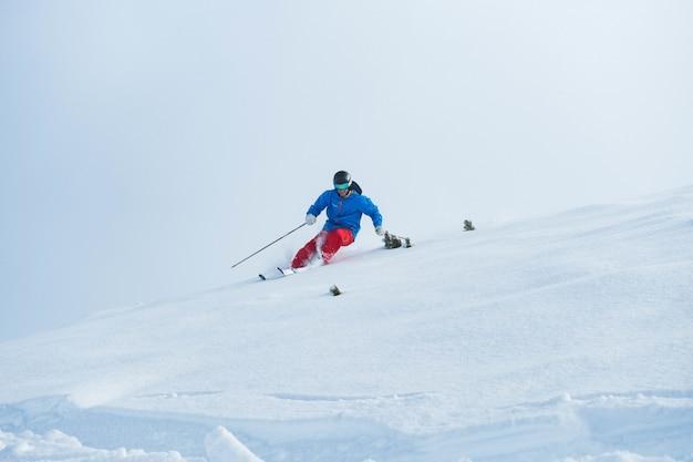 冬のアルプスでスキーをする時の人 無料写真