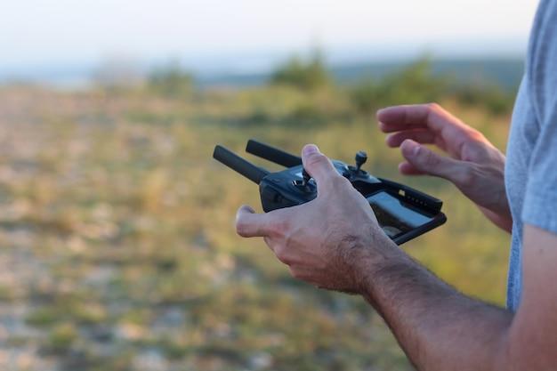 リモコンでドローンを操作する人 無料写真