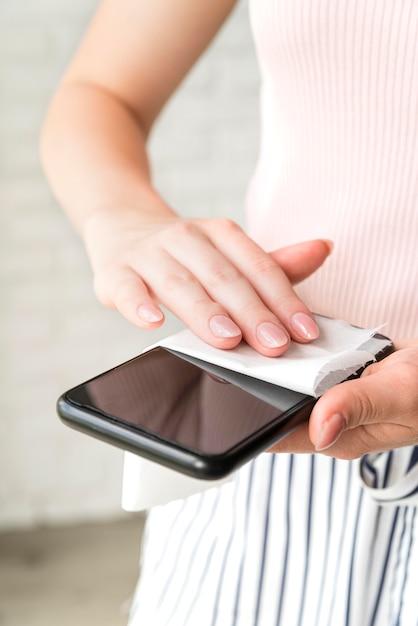 Человек дезинфицирует смартфон Бесплатные Фотографии