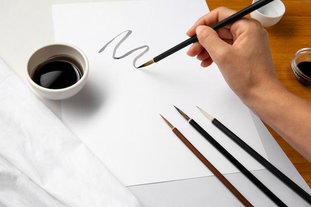 Persona che disegna una linea sinuosa Foto Gratuite