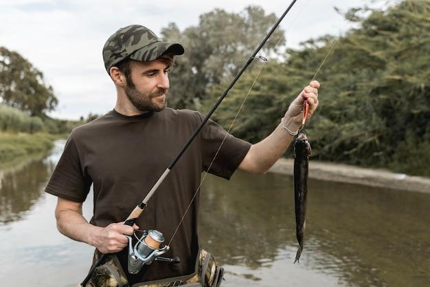 ロッドで魚を釣り人 Premium写真