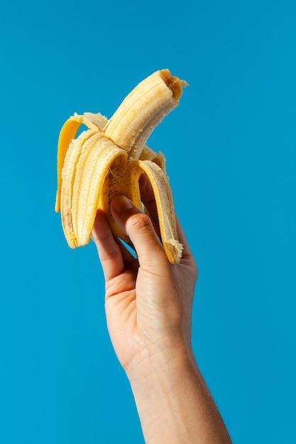 Persona in possesso di una banana Foto Gratuite