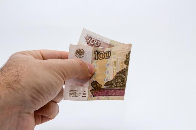 Persona in possesso di una banconota Foto Gratuite