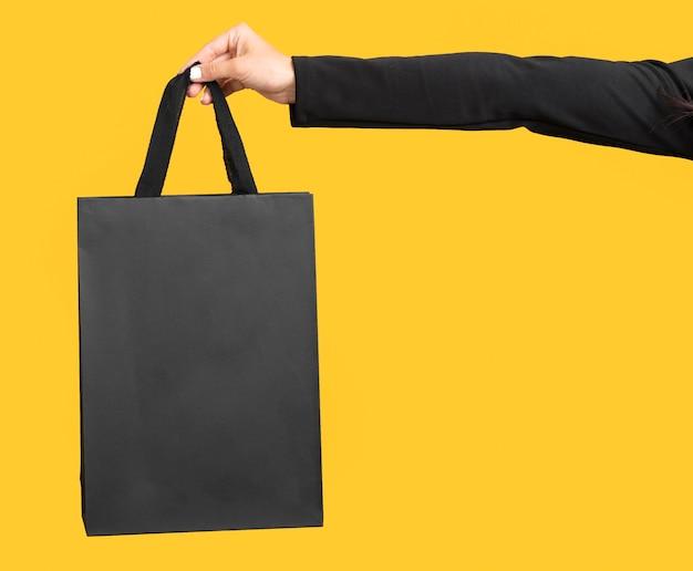 大きな黒い買い物袋のコピースペースを持っている人 無料写真