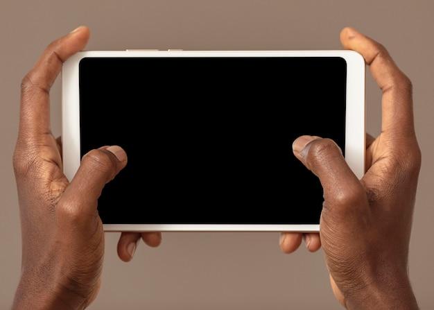 デジタルタブレットを水平に持っている人 無料写真