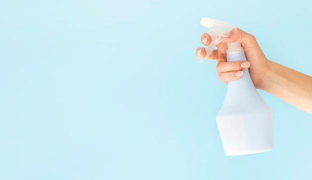 Лицо, занимающее дезинфекцию спрей бутылку Бесплатные Фотографии