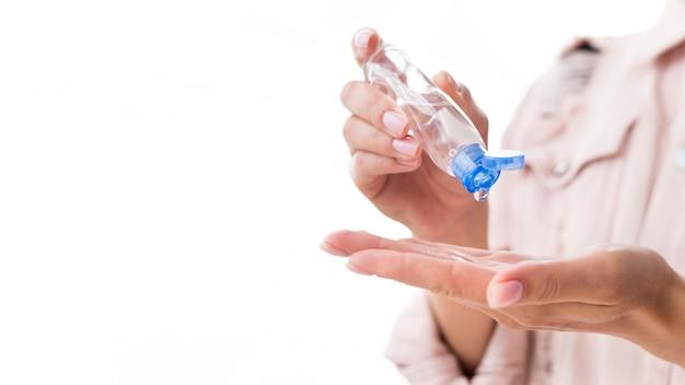 手の消毒剤を持っている人 Premium写真