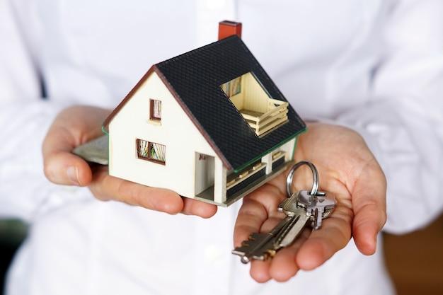 Лицо, держащее ключи и модельный дом Бесплатные Фотографии