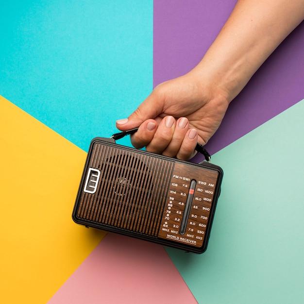 レトロ放送ラジオ受信機を持っている人 無料写真