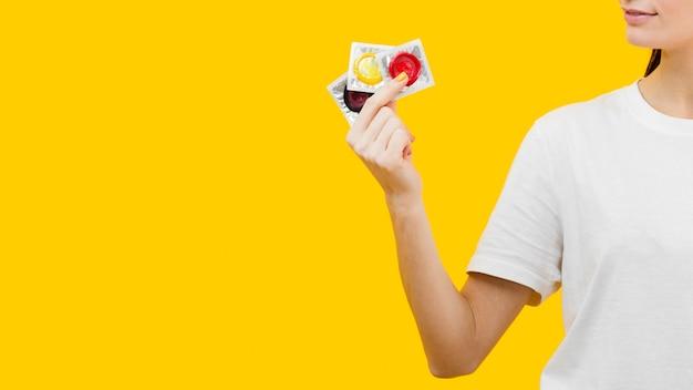 3つの異なるコンドームを持っている人 無料写真