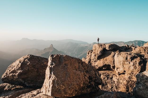 Persona in montagna Foto Gratuite