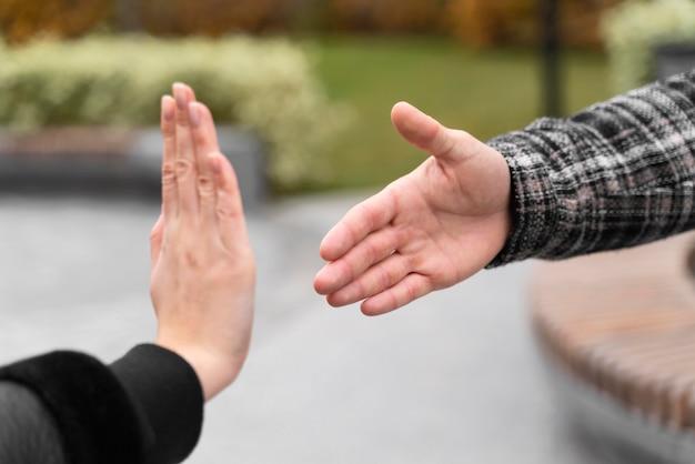 保護のために握手を拒否する人 無料写真
