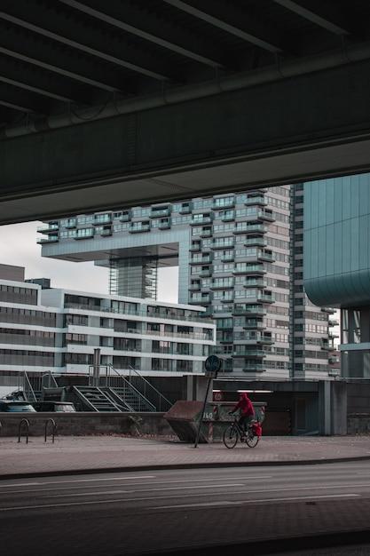 Человек, езда на велосипеде на тротуаре во время Бесплатные Фотографии