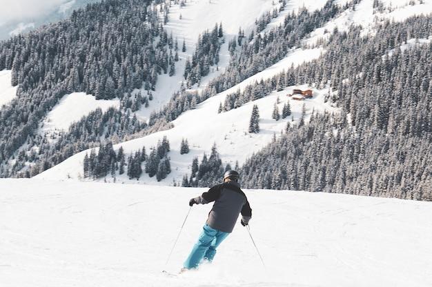 山でスキーをする人 無料写真