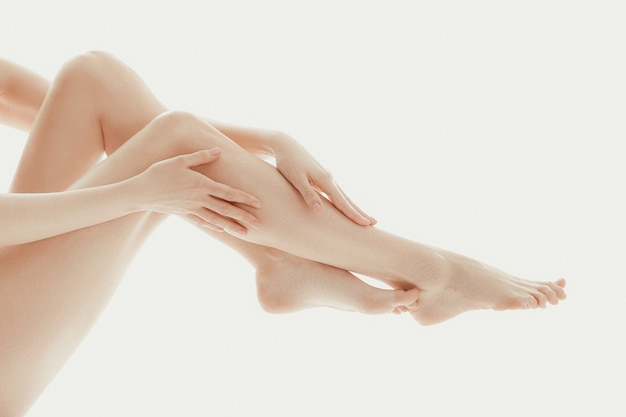 그녀의 손가락으로 그녀의 다리를 만지는 사람 무료 사진