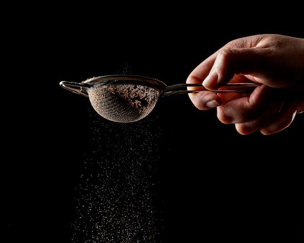 Persona che utilizza uno strumento per la torta al cioccolato Foto Gratuite