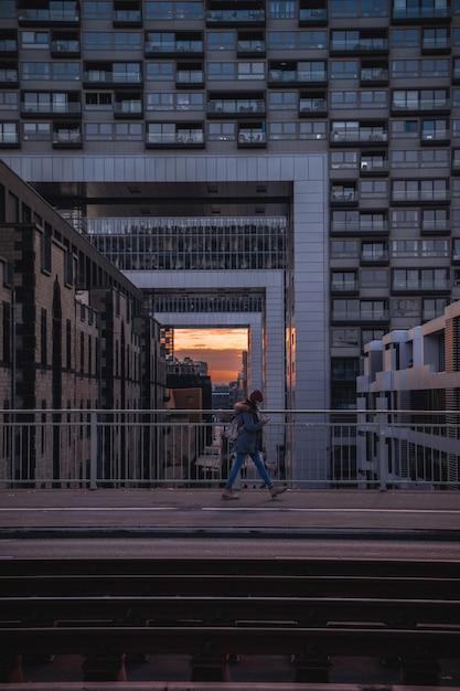 Человек идет по мосту на закате Бесплатные Фотографии