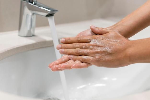 Человек, мытье рук крупным планом Бесплатные Фотографии