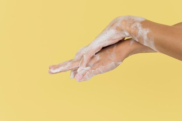 Лицо, моющее руки с мылом Бесплатные Фотографии