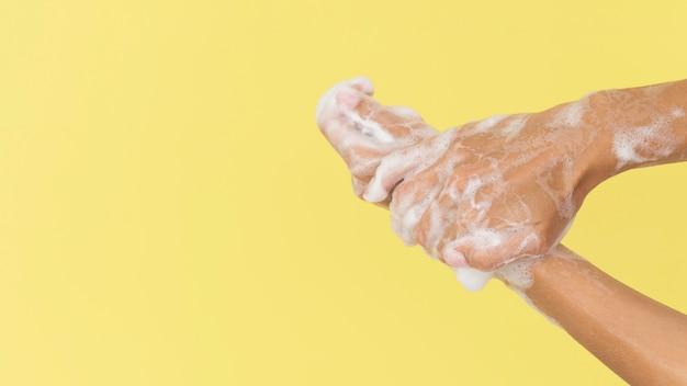 石鹸で手を洗う人 無料写真
