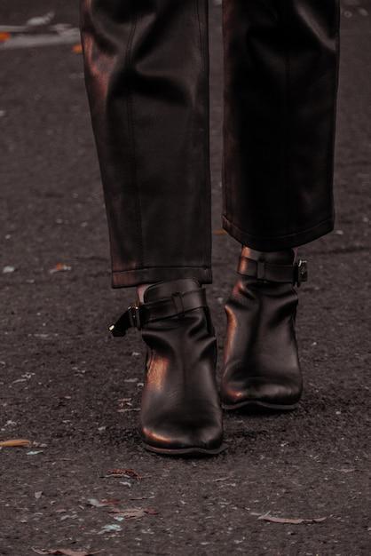 黒革のブーツを履いている人 無料写真