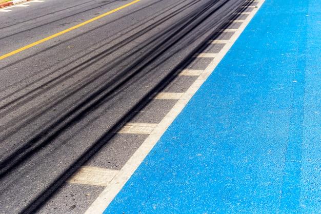 アスファルト道路の透視図、自転車レーンの青色をペイントします。 Premium写真