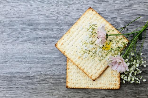 Pesach  matzoh jewish passover bread Premium Photo