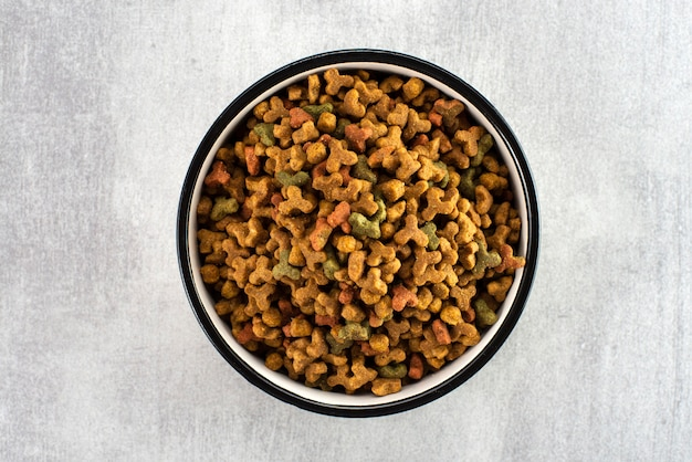 Pet food in a bowl on a gray surface Premium Photo